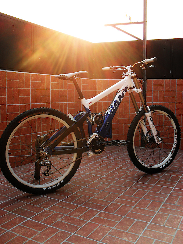 Now my Giant Glory DH08 ready with RS BoXXer Race 2010 hehe