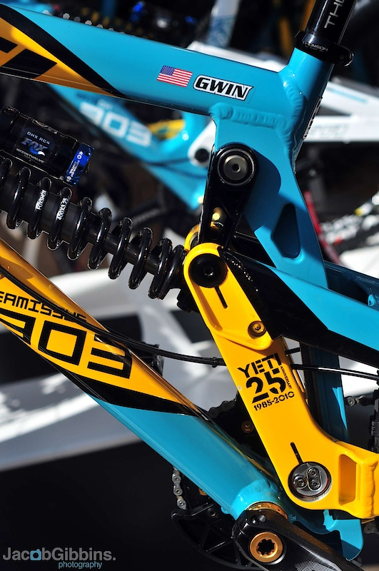 These colors bring back some memories! As soon as I see the yellow and turquoise I think of a certain cowboy killing it with drop bars on his mountain bike, Mammoth speed runs with massive rings, a dead piranha, and a whole load of racing history. I want one!