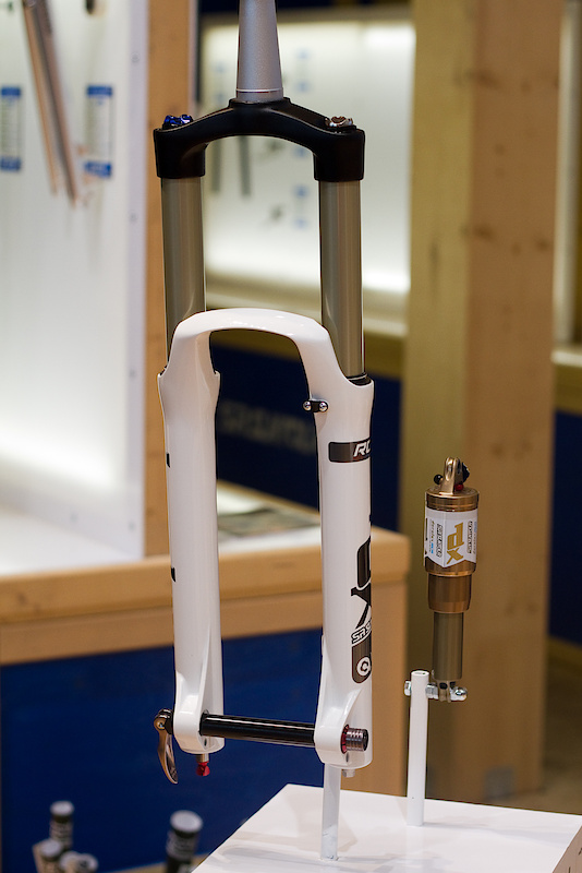 Time to open up your mind and learn a few things. The SR Suntour Durolux RCA fork ticks all the boxes when talking performance - Magnesium lowers, taperwall aluminum stanchions, adjustable damping, and coming in at a comparable weight to the competitors. The RCA acronym means that the Durolux has adjustable low speed compression to tame brake dive and control the fork when setting up for corners, as well as rebound which can be found at the bottom of the fork leg. Darren had a Durolux fork cartridge out to show off and it was nothing, but quality. The damping oil is contained within the cartridge that sits in the right fork leg and there is no plastic to be found anywhere. The cart is fully user serviceable and if you open it up you'd find that SR Suntour uses a proven two piston design, one for rebound and the other for compression duties. Both pistons employ a shim stack to control high speed damping.