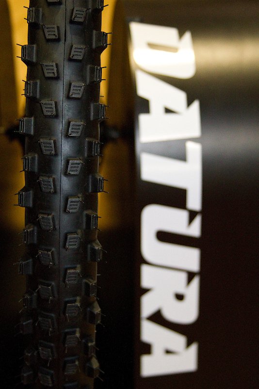 The Datura is Geax's wet or loose condition tire that has been designed specifically for the task. This is no half assed mud tire, it has been designed from the ground up to excel when a standard tire becomes close to useless. To that end, the Datura sports tall square knobs that should penetrate deeper into the slop than standard lugs, and each one features sipes at their crown that not only provide more edges to bite with, but also allow the lug to flex more to conform to the terrain. The 2.2