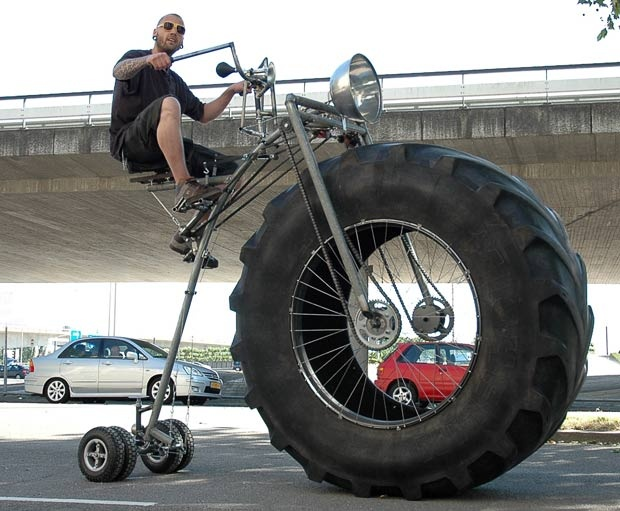 i wonder how tiring that would be to ride street...bigger tires in the rear and i'd take that down hill lol