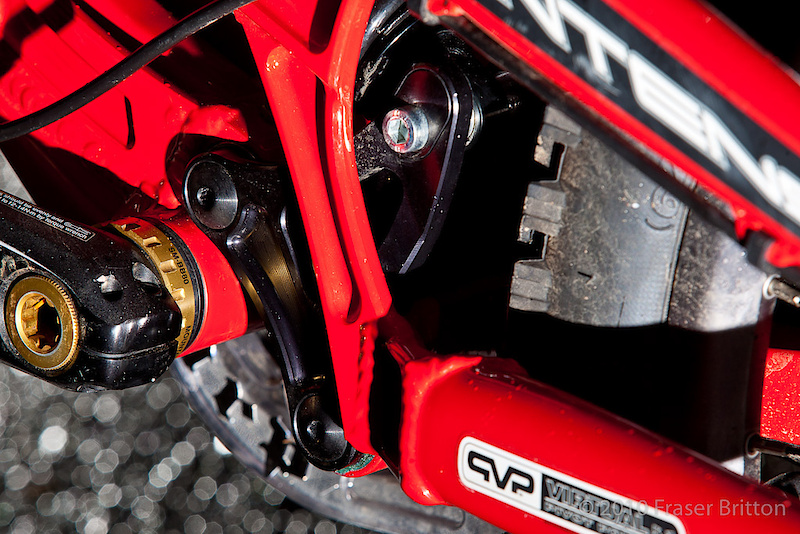 The M9 FRO uses a championship winning VPP suspension design and through the use of a flippable chip in the bike's lower linkage you can easily change the travel from 8.5