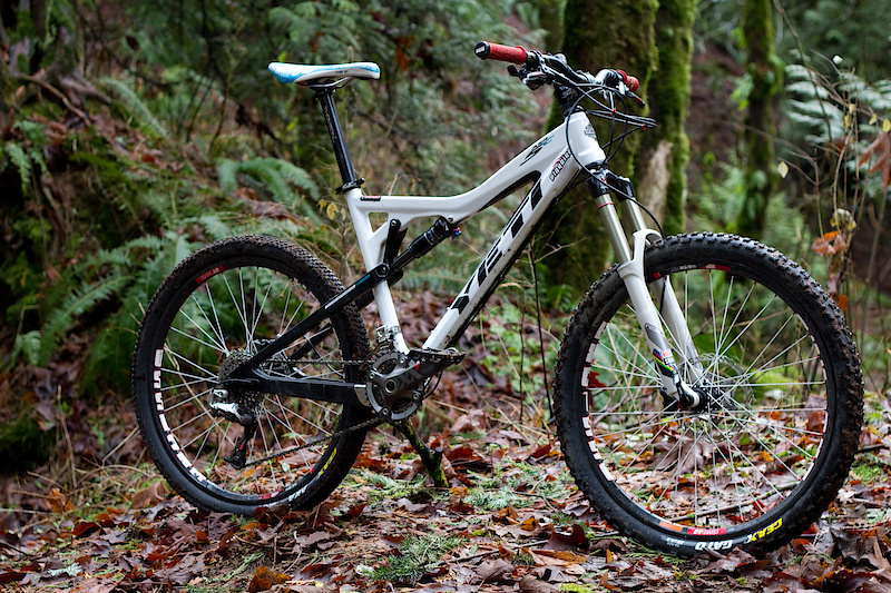 Yeti's AS-R 5 Carbon blurs the line between what we currently hold true of bike categories. That is, mega light weight is for XC race bikes and skinny types who are usually more concerned with the amount of calories burnt during the ride, and a rig with 5