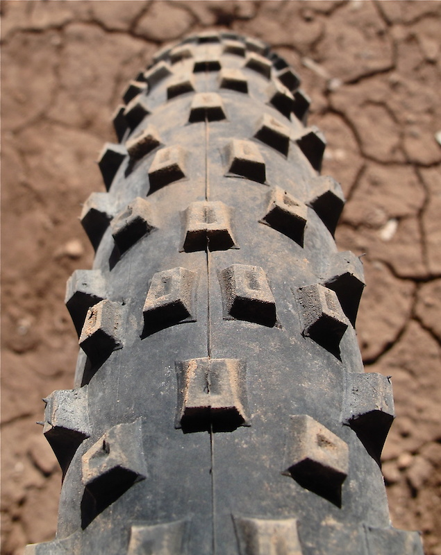<span style='font-size:18px'>The tire's open tread pattern lets it excel in soft and loose conditions, while the high volume casing makes for a forgiving ride
