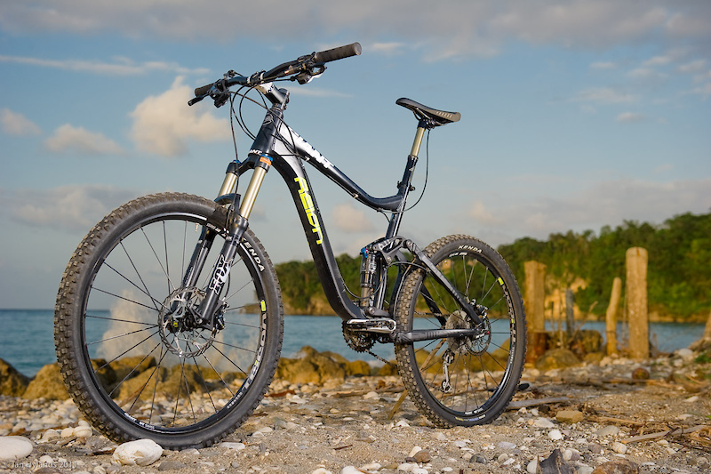 At well under 29 pounds, the 2011 Giant Reign 0 is one of the lightest six-inch travel aluminum all-mountain bikes on the market.<br><br><span style='font-size:17px'>Giant Reign 0 details:</span><br><br>- Intended for trail and all-mountain riding<br>- Six inches of rear-wheel travel<br>- Fox 32 Talas FIT RL fork and Float RP23 rear shock<br>- Shimano XT 3 x 10 drivetrain<br>- DT Swiss Tricon wheelset<br>- Weight 28 pounds, 5 ounces(<i>size large w/o pedals</i>)<br>- MSRP $4,850 USD