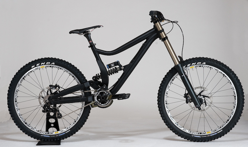 This stealth looking beauty is the first of only three prototype Diamondback DH rigs that are currently out there, with the other two being ridden by Diamondback's DF5 team riders' Kelly McGarry and defending NW Cup Series champ Kyle Thomas. While Kyle and Kelly are out shredding their rigs hard, this blacked out version is being used by Diamondback's engineers to measure and evaluate geometry changes.</span><br><br><span style='font-size:19px'>Diamondback Prototype DH Bike details:</span><br><br>- 8 inches of rear wheel travel<br>- Single pivot with linkage activated shock<br>- Sealed bearing rearward shock mount<br>- 1.5 inch head tube<br>- Geometry undecided