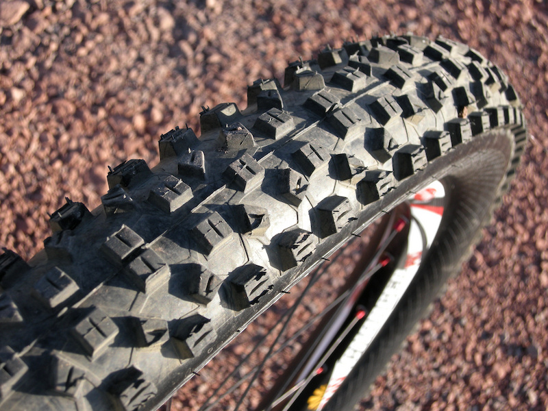 <span style='font-size:17px'>Hans Dampf Tire at a Glance:</span><br><br>-Purpose: All-mountain/Trail<br>-Flat protection: Snakeskin armored sidewalls<br>-Features: Triple-compound tread, all-condition design, 67 TPI, 3-ply casing<br>-Tubeless: Tubeless ready<br>-Directional: No<br>-Weight: 750 grams<br>-Size: 2.35-inch<br>-Price: $90 USD