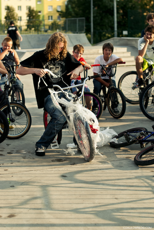 that guy few months ago had broken his collarbone and bike when he was doing sick amount of backflips one day. ratz bmx crew resolved to buy new parts and fix new bike for him. last tuesday we've almost all met at local skatepark to give him his new bike :D