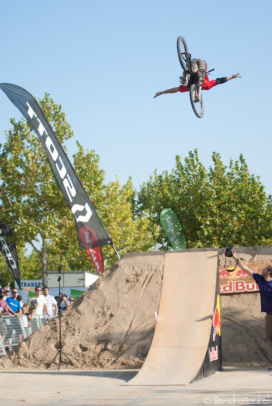 Huge frontflip no hand at the dirt competition at festibike.