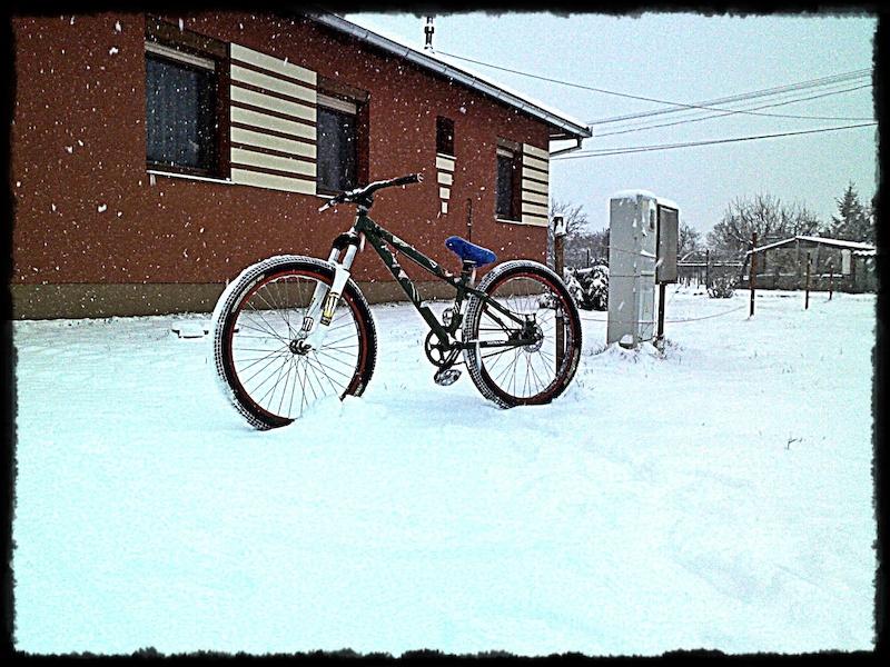 biking in the snow. :D szanaszéjje bicozáss a havban :3 :D