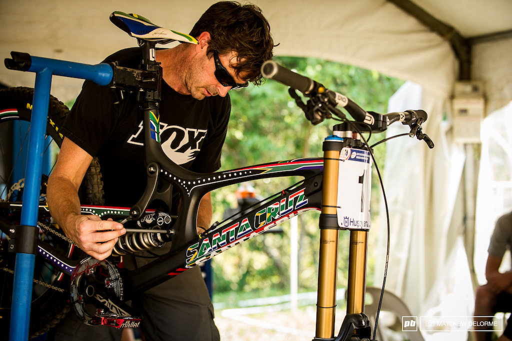 Mark Fitzsimmons fitted the prototype shock to Minnaar s bike yesterday and got it set up as an alternative to the air shock Greg plans on running considering that Greg s bike is currently weighing in at 32.39 pounds it s likely he won t take the weight penalty. http www.pinkbike.com news FOX-DH-Shock-prototype-2013-World-Champs.html