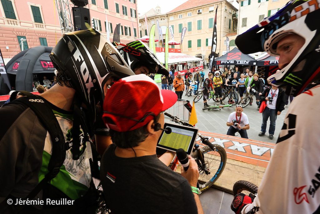 Steve Peat cross the finish line and go on the stage. He look with Enrico the ranking.