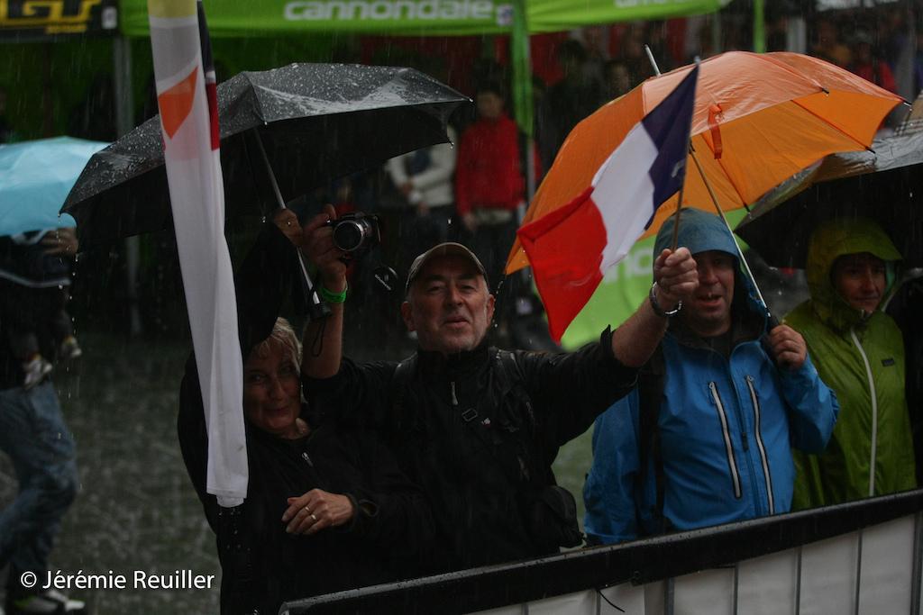 People bellow the rain