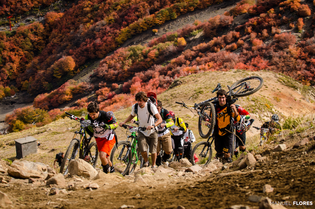 Some chileans riders hiking to the start of the first special of second day.