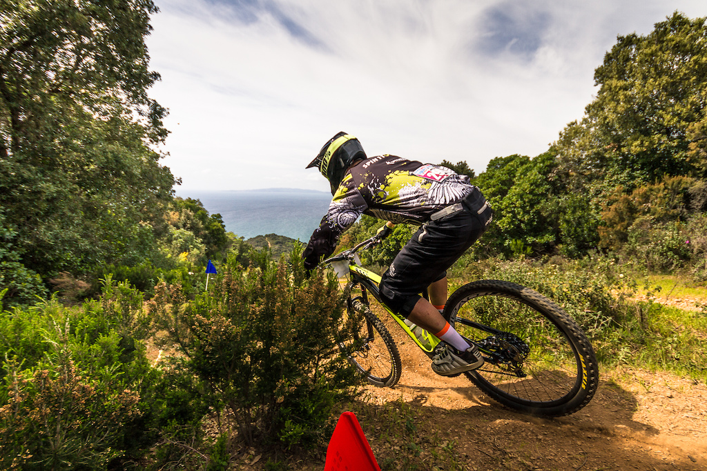 Trail with a view: Daniel Wolfe (IRL, Specialized Ireland) on his way down to the sea, ending up with the 6th fastest time of the day. ©Axel Brunst