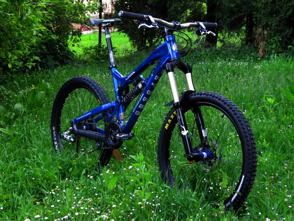 """frame: '10 Uzzi size: M shock: stock dhx4 400lbs coil fork: '10 lyrik, 1.5, fast-suspension compression unit, 170-140dpa unit wheels: superstar switch evo hubs, 20mm front, 12*135 rear; sapim race spokes, superstar am490 rims tyres: minion dhf st 2,5+ardent 2.4, both are exo version + stan's upgrade headset: Cane Creek 40 Series Traditional 1.5 stem: truvativ aka 60mm, 5° rise, 1.5 handlebar: fatbar lite 10mm rise grips: superstar seatpost: easton haven saddle: selle italia sls kit carbonio flow brakes: xt775+180 floating discs from superstar shifting: sram x9 medium cage at rear, lx at front, x5 triggers cranks: slx 36/22, with 175mm long arms chain: sram pc971 pedals: pdm530 aka slx chain""""device"""": bionicon"""