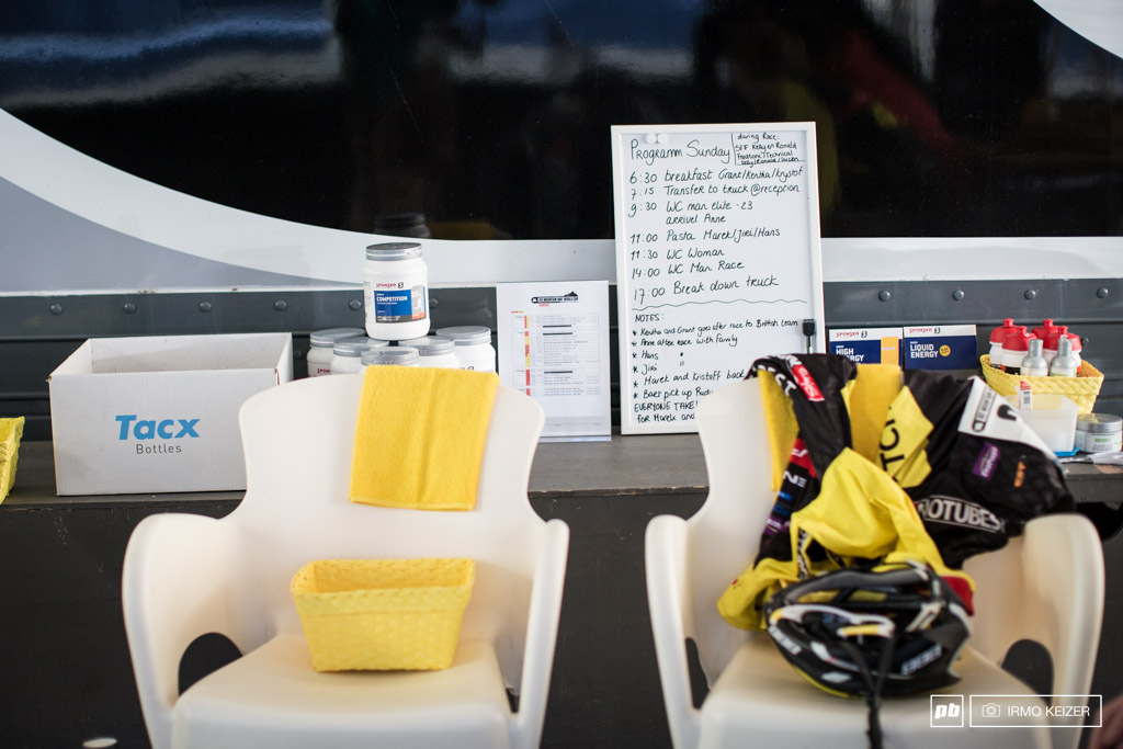 Race day means lots of work for support crews. The day s schedule is written down at the Betch.nl Superior Brentjens MTB Racing Team.