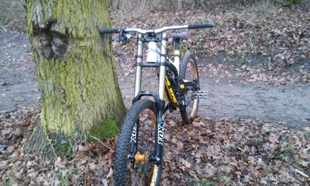 YT Industrie Tues Vivid RC2 + FOX 40 RC2 FIT + Shimano Saint brakes + Nuke Proof Generator + Weeze + Race Face + Sunline V1 + HT + Choosen 120pkt