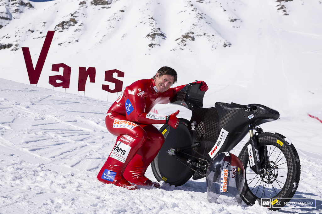 Le Baron Rouge and his bike are ready for the first test runs on the Vars speed snow track.