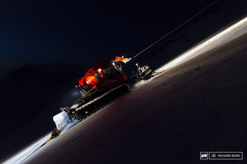 During 5 hours every nights before the event the speed track is shaped as perfectly as possible to allow Eric skiers and snowboarders to go as fast as possible.