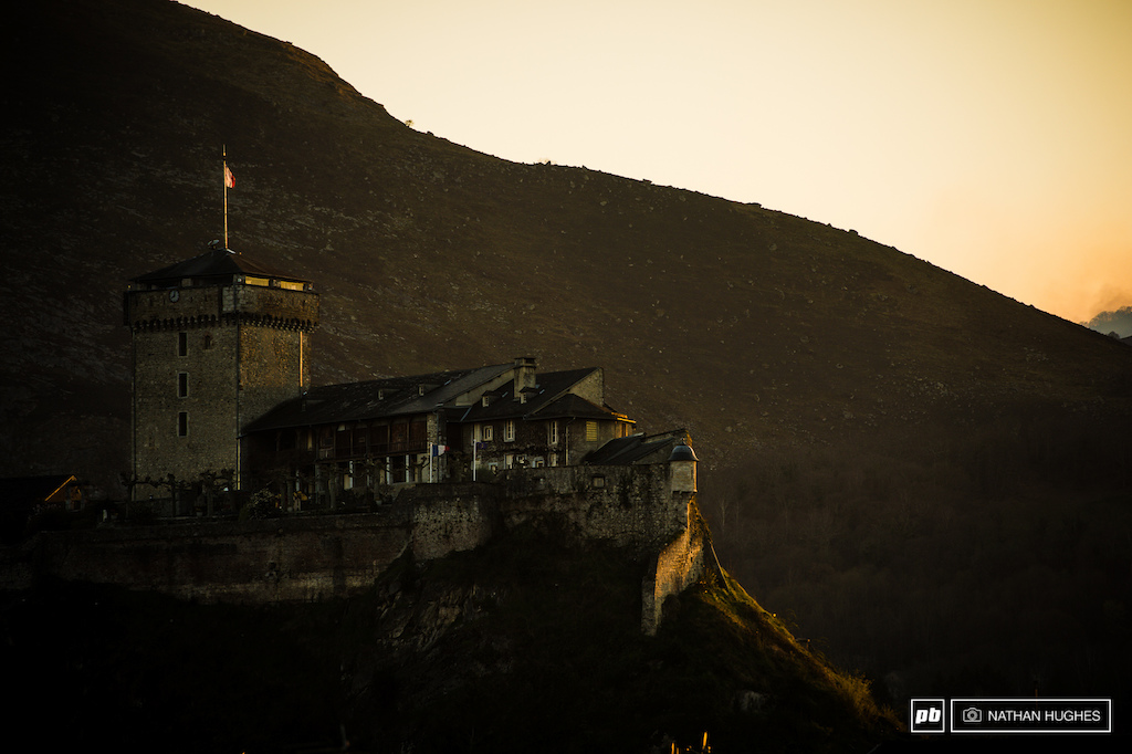 The Ch teau Fort Museum of the Pyrenees rises up on the rock in the middle of the city.
