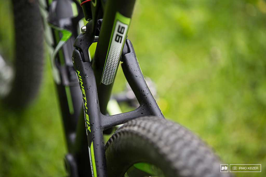 A relatively short rear combined with a 70 degree head angle. Compared to the previous model wheelbase has been reduced yet reach has been increased by 9mm a result of changes in seat- and headtube angles.