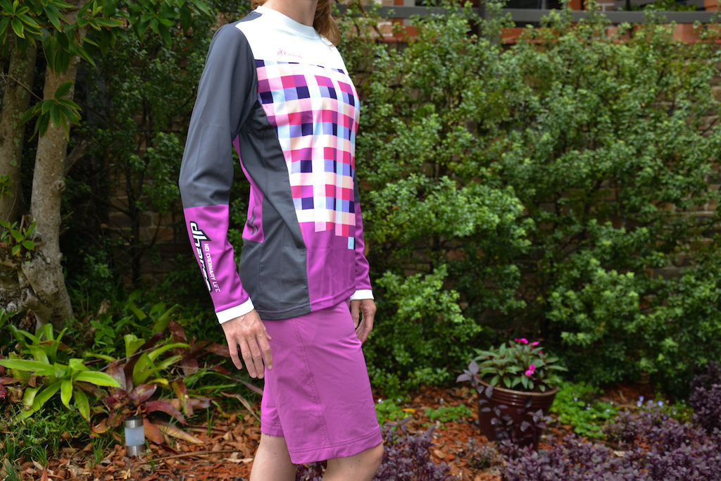 Ladies Gravity DHarCO jersey and shorts.
