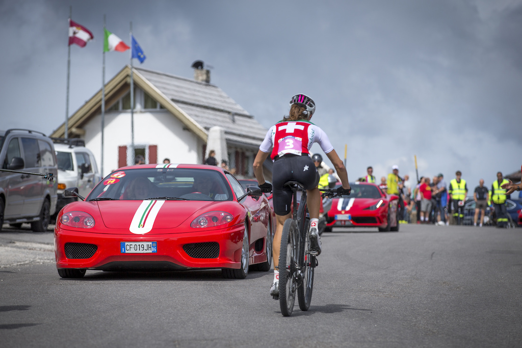 As said before Passo Pordoi is a meeting point of different freaks. During the Marathon Worlds there was a ferrari event too. Swiss rider Ariane Kleinhans had some opposing traffic.