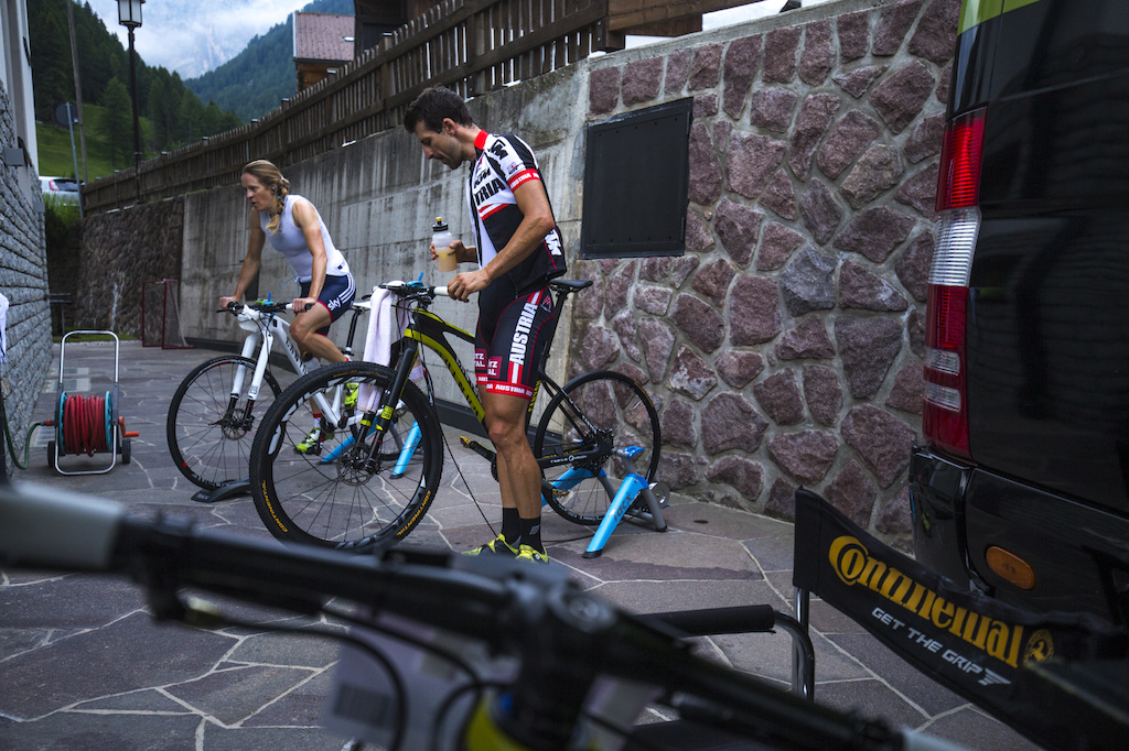 Every rider has his own way to prepare himself before the race. Alban Lakata and his teammate Sally Bigham are preferring the spindle warmup trainer in the early morning hours