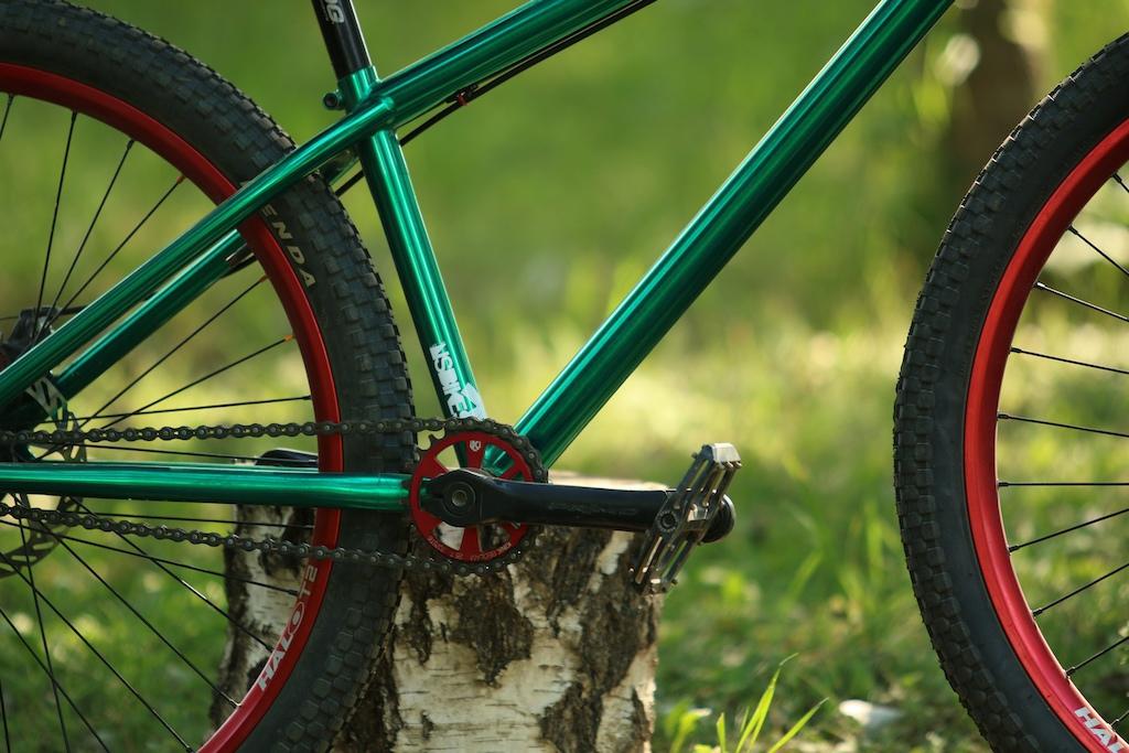 Bikecheck:   Váz: Ns Bikes Suburban 2014 Villa: Ns Bikes Fundamental2  Hajtókar: Primo Powerbite Lánc: Octane one Single Pro Kormány: Ns Bikes Proof Kormánycsapágy: Premium Kormányszár: Ns Bikes Quark Pro Fék: Avid BB 5 Fékkar: Avid FR 5 Felnik: Halo T2 Első agy: Ns Bikes Rotary 10 Hátsó agy: Ns Bikes Rotary Single Pro Külsők: Kenda K-rad 2.1 Markolat: Primo Ülés: Sdg Bel-Air Pedál: Ns Bikes Radiance Köszönet az mr-projekt-nek az idei támogatásért!  Az alkatrészeket megvásárolhatjátok itt: http://mr-projekt.com