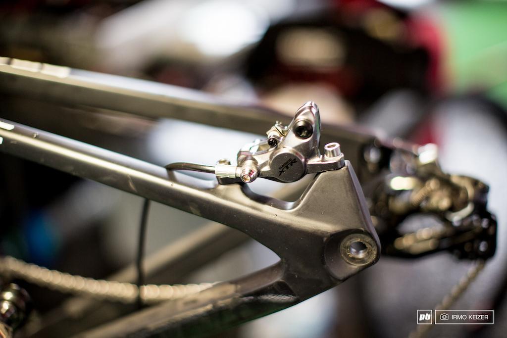 XTR M9000 brakes with metallic brake pads.