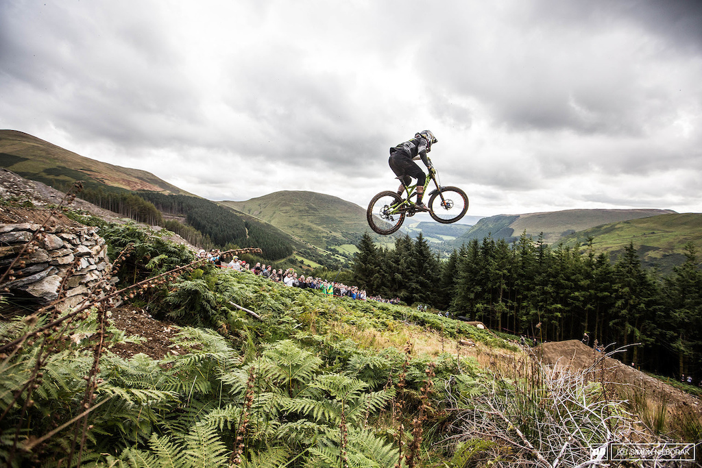 The HardLine track was full of big and intimidating features. The bad weather didn t help but riders pushed themselves to their limits to make a good downhill spectacle to the gathered people.