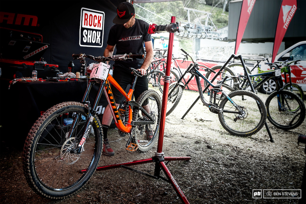 Putting the final touches on Fearon s bike before racing.