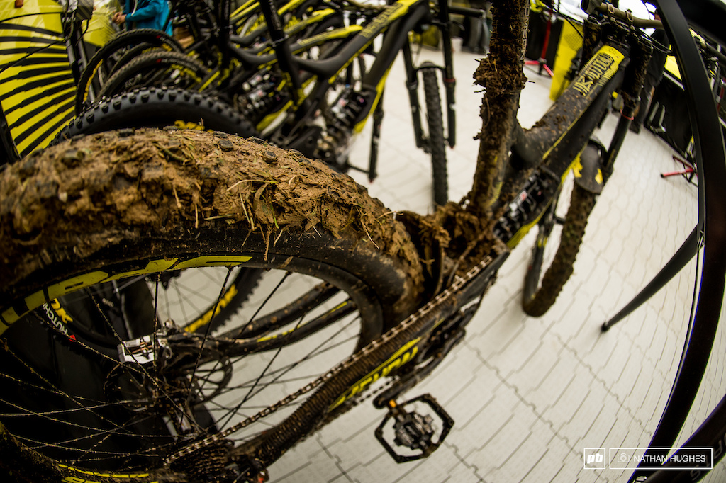 Thirion s Commencal V4 after the course preview. That soil looks quite horrifically sticky.