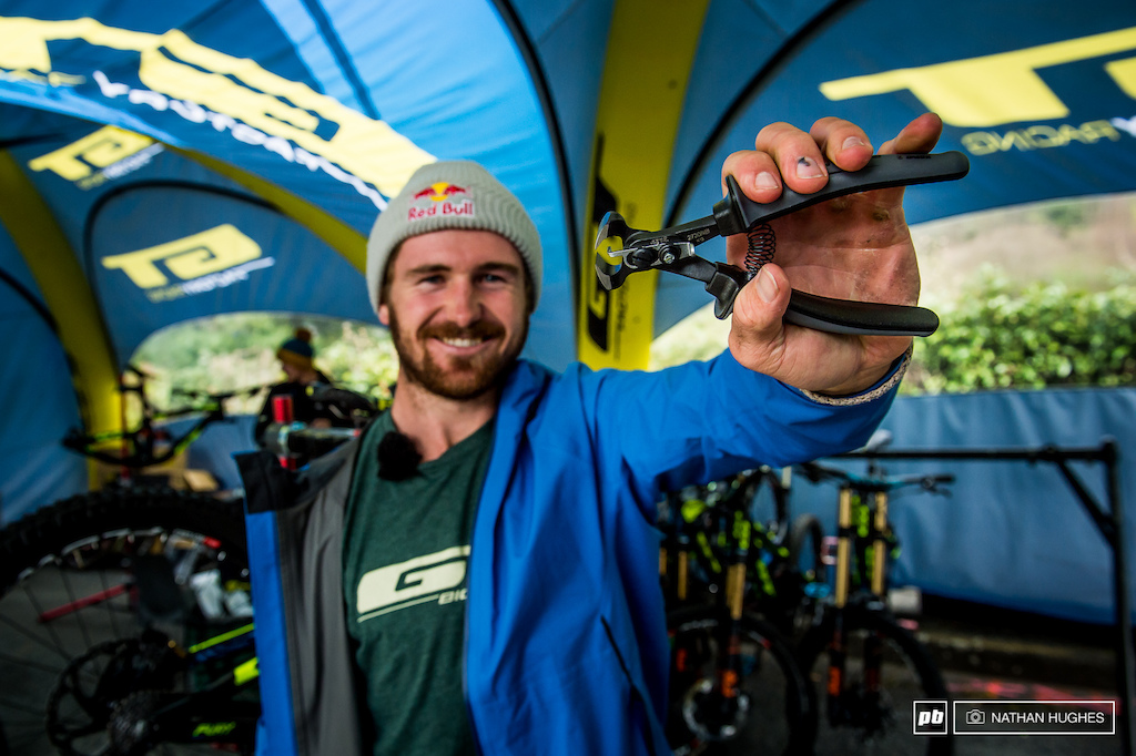 Brook with the tool all the mechanics are busy with right now - Schwalbe's all-new tyre tread cutting-specific tool. It features a build in length-setter for the perfect uniform trimming of your spikes.