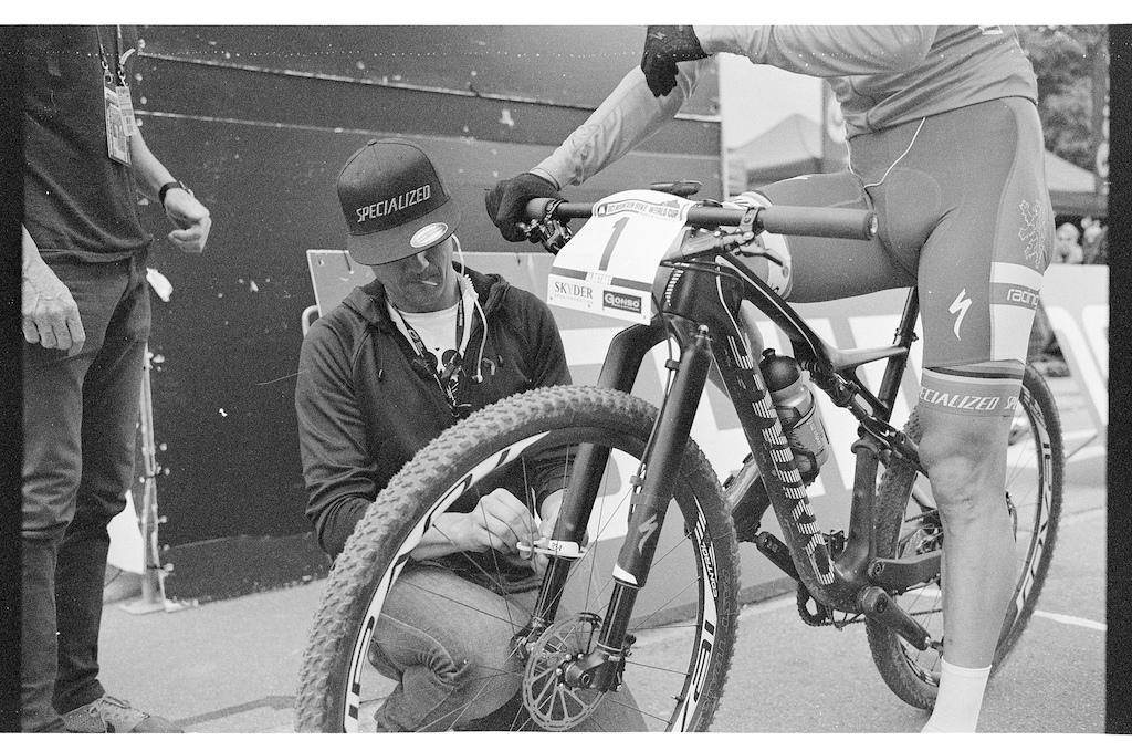 Benno putting the transponder on Kulhavy s bike