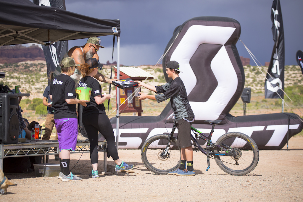 Raffle winner of Rotor crank at the 2016 SCOTT Enduro Cup presented by Vittoria in Moab Utah