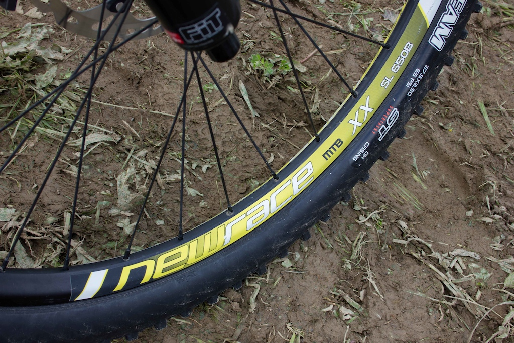 New Race is a small brand from Portugal. Fran uses the MTB XX wheelset with 25mm internal width rims.