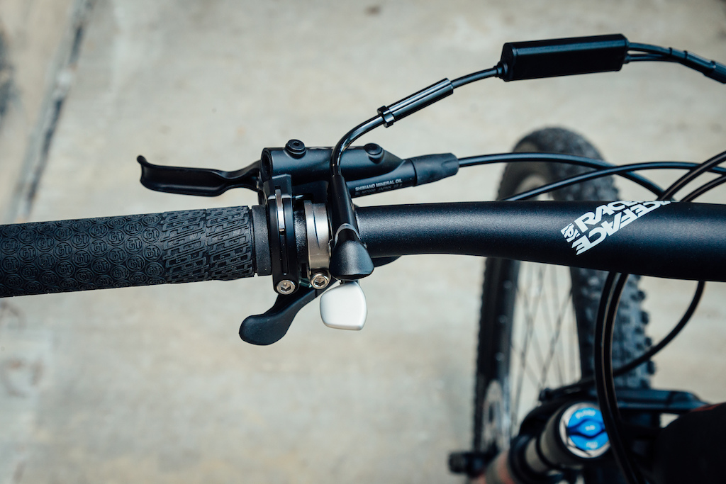 The Helion 29 Carbon Expert is fitted with a dual lock-out suspension trigger