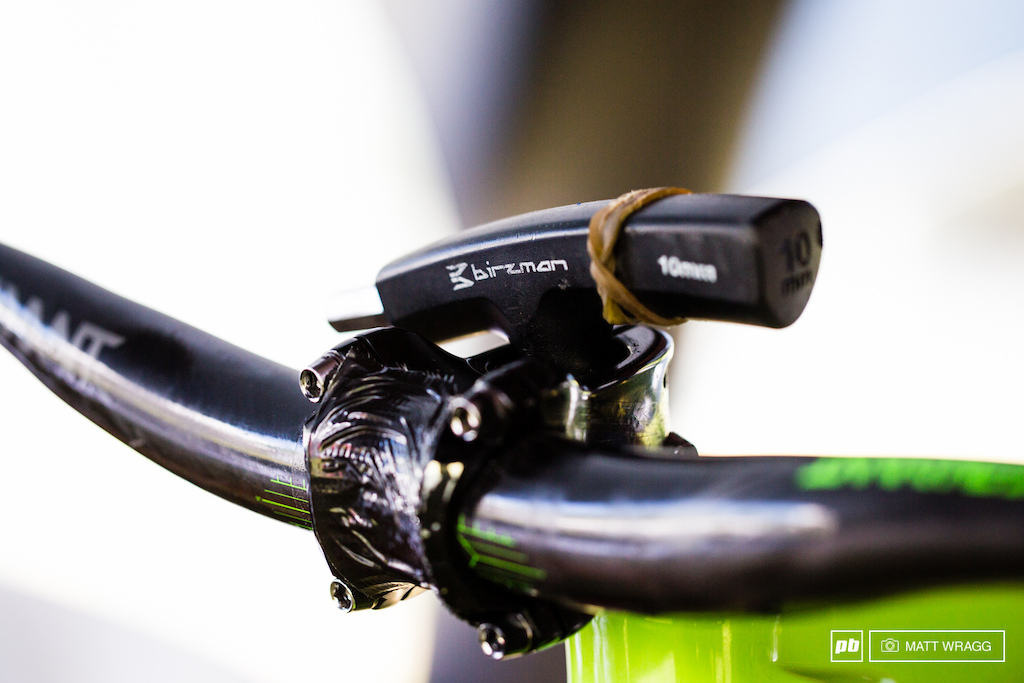 Tech this of the day when you re working on a bike - Matteo Nati has a simple yet perfect solution for how to keep your bar and stem in place when you ve popped the fork out.