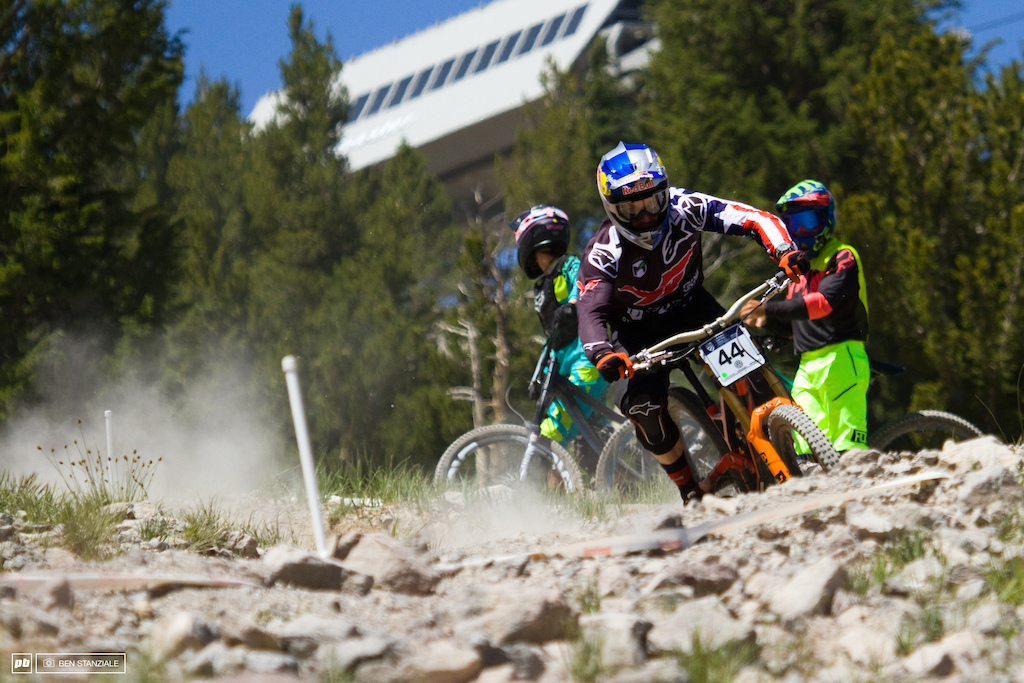Aaron Gwin in the loose Mammoth pumice rock. No problem for Gwin as he finds 10 seconds over Ropelato and wins Pro Men's Downhill.