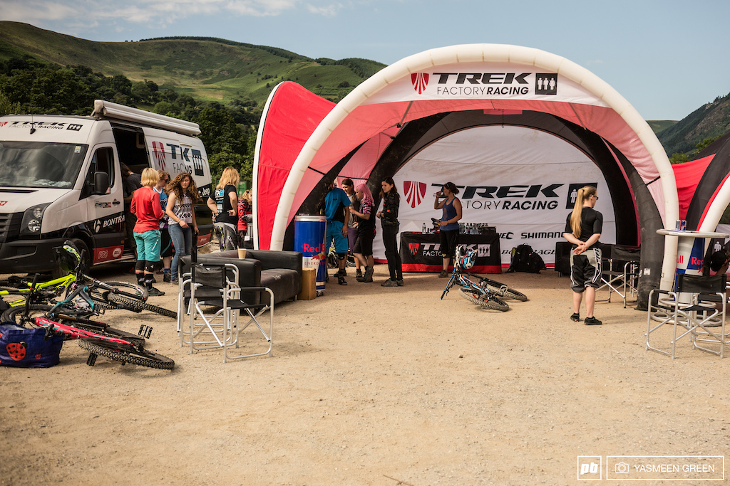 By ten o clock there was a full house of female riders buzzing around the Trek Factory pits anxious to get started. The morning sun was scorching in Llangynog valley providing perfect conditions for the dusty shredding chilling between runs and demonstrations and talks that were about to begin. Here s how the day got on.