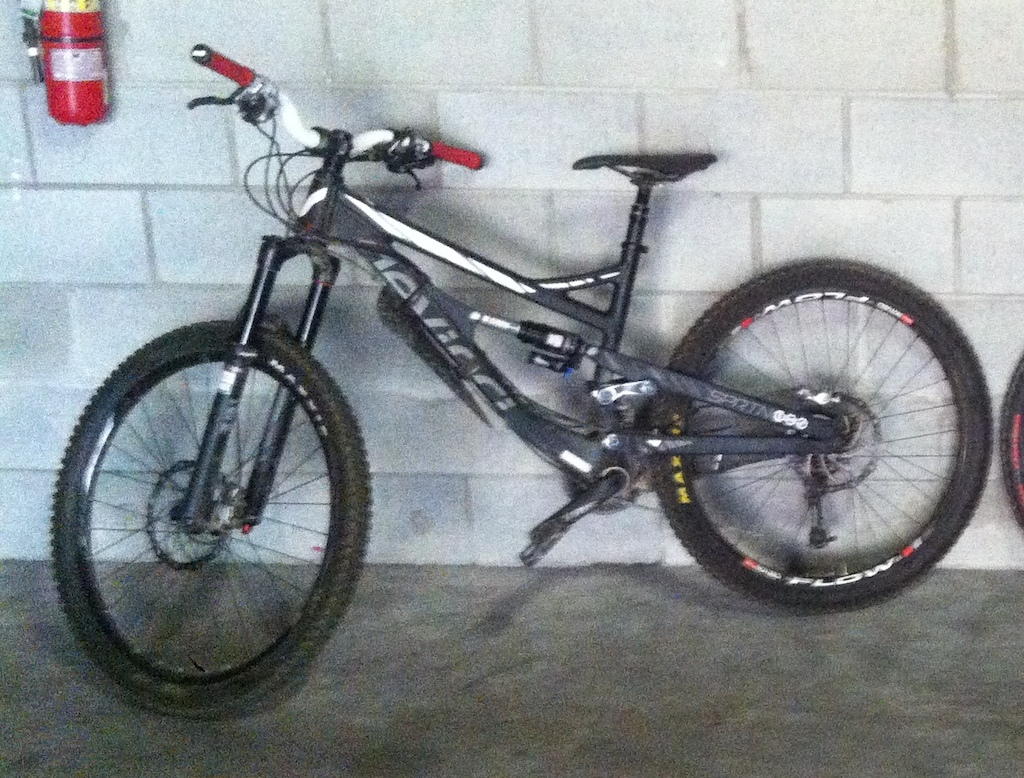 2014 Devinci Spartan with white riser bars and red grips