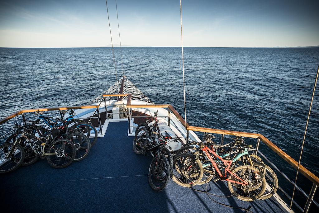 Islandhopping - boat and bike