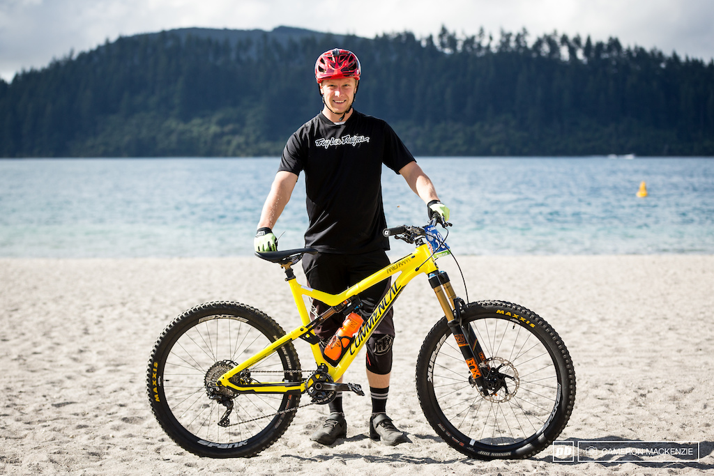 Louis Hamilton and his Commencal Meta V4