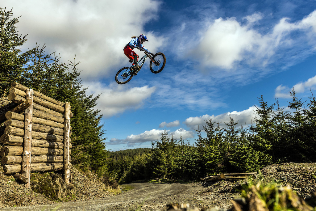 Rachel Atherton performs during Red Bull photoshoot in Aberystwyth Wales UK on March 09 2017 Olaf Pignataro Red Bull Content Pool P-20170319-00347 Usage for editorial use only Please go to www.redbullcontentpool.com for further information.