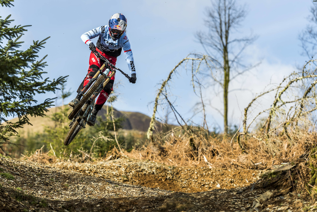 Rachel Atherton performs during Red Bull photoshoot in Aberystwyth Wales UK on March 09 2017 Olaf Pignataro Red Bull Content Pool P-20170319-00359 Usage for editorial use only Please go to www.redbullcontentpool.com for further information.