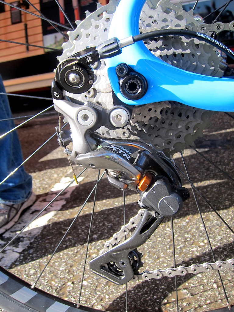 Sea Otter Classic 2017 Wolf Tooth s roller-cam converts Shimano s road bike levers to shift an XTR mountain bike derailleur.