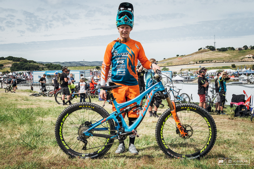 Bernard Kerr was riding the Pivot Switchblade. The 135mm bike can be changed between 29 and 27.5+, but Bernard was running regular 27.5, which we guess would lower the bike up to another ~6mm. He was also running Shimano Di2.