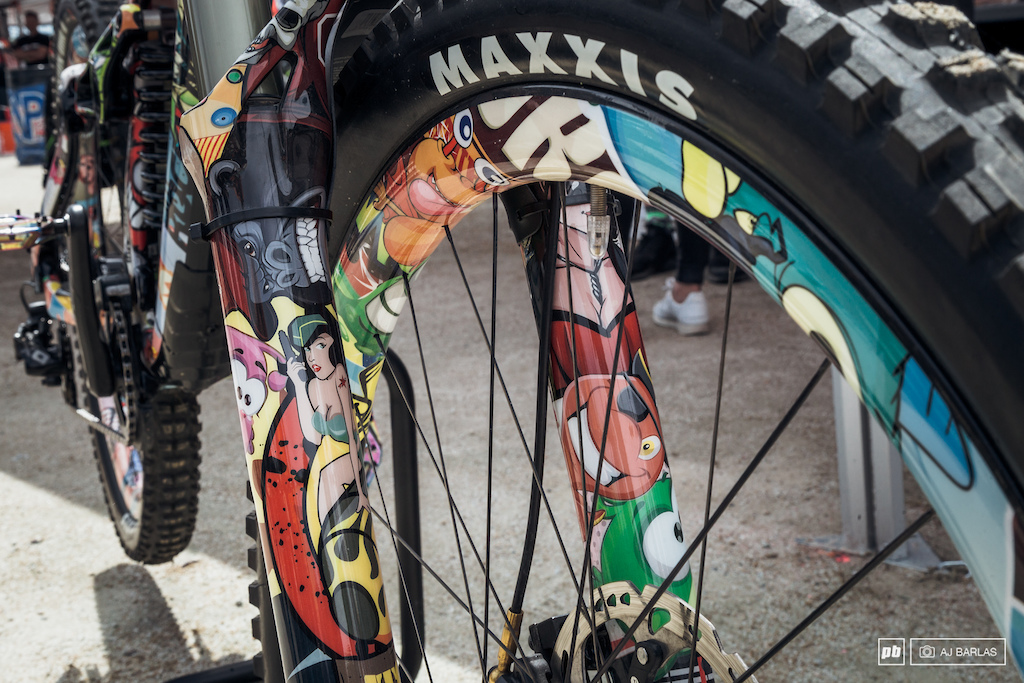 Details on the fork and rims.
